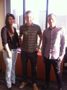Laila Schneider Gossens (links) und Jonas Schriegel (rechts) von der GACC California mit Igor Moos (mittig) vom Entrepreneurs Club Aschaffenburg