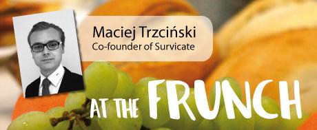 """FRUNCH launcht Präsentation-Serie: Als #1 präsentiert Maciej Trzciński sein Startup """"Survicate"""""""