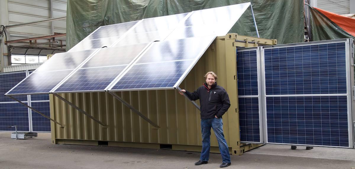 bettervest Co-Gründer Torsten Schreiber vor einem Prototyp